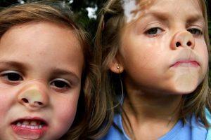 Bild im Bericht Soziale Inklusion. Zwei Kinder drücken ihre Nasen an eine Glasscheibe.