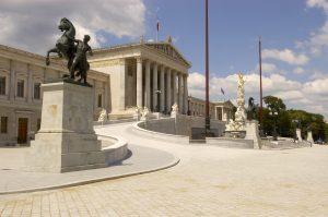 Blick auf die Fassade des Parlamentsgebäudes an der Ringstraße von der Schmerlingplatzseite.