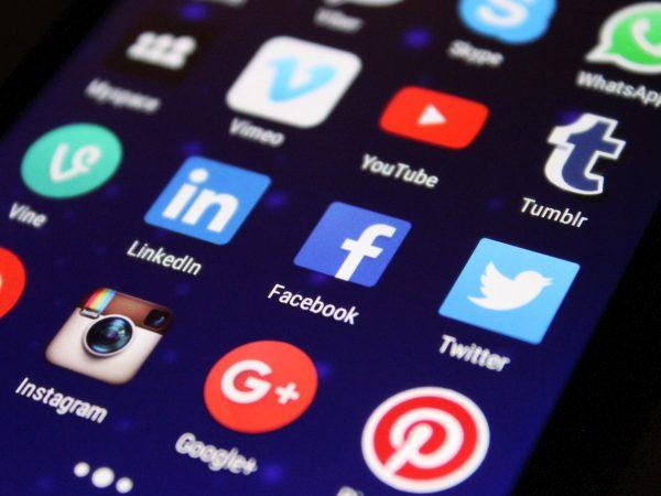 Das Bild zeigt Icons für Social Media Apps auf einem Handyscreen.